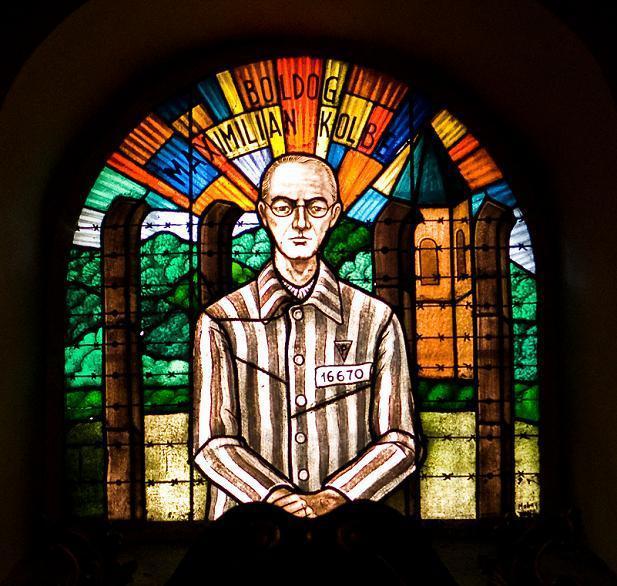 囚人として描かれたコルベ神父のステンドグラス.jpg